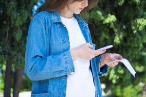 Vrouw scant bonnetje met mobiele app