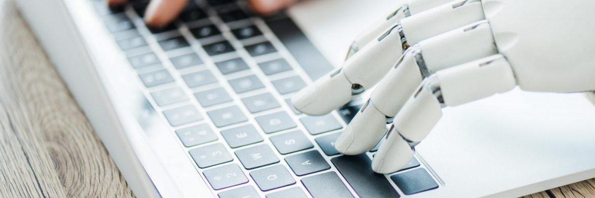 Un ordinateur portable commandé par des mains robotisées qui rendent possible le Scan & Recognise.
