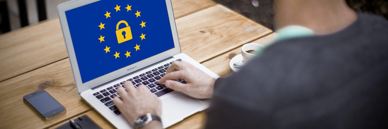 laptop met europese vlag en slot
