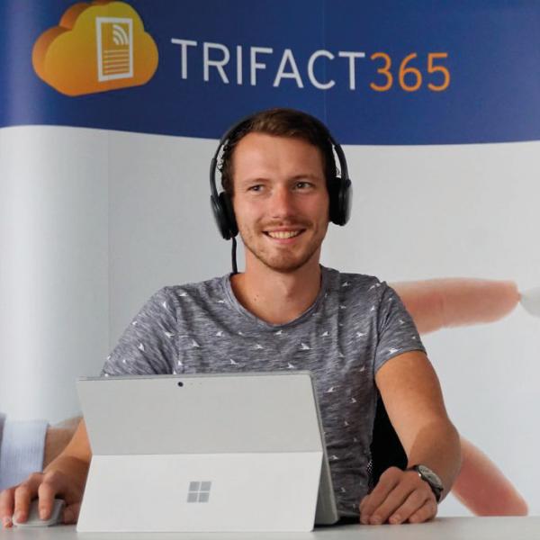 Medewerker van TriFact365 achter zijn laptop.