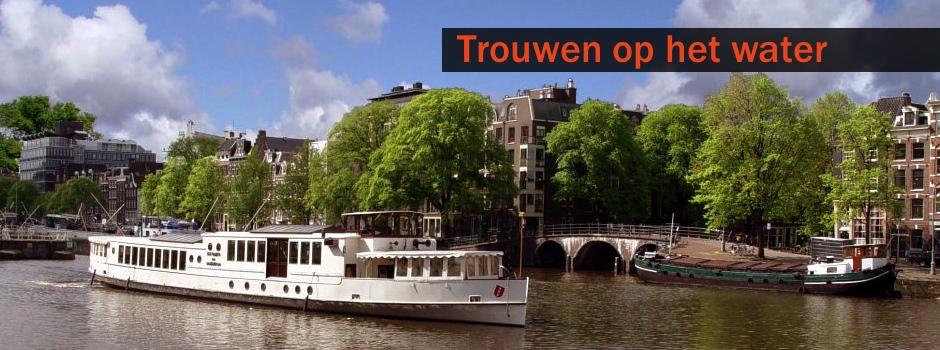 Rondvaartboot in Amsterdam van Rederij de Nederland met tekst Trouwen op het Water ter ondersteuning van de TrIFact365 app voor facturen accorderen.