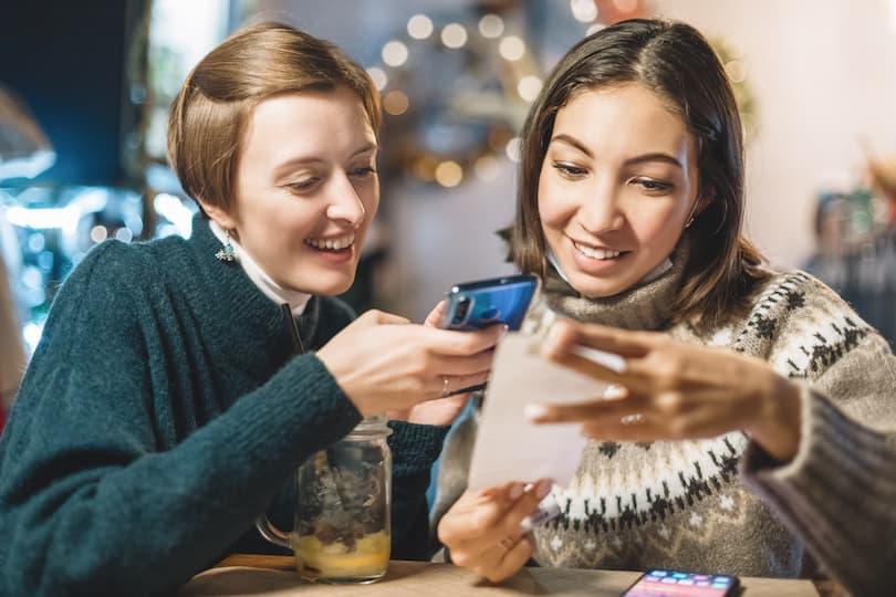 2 vrouwen scannen een kassabon met de app