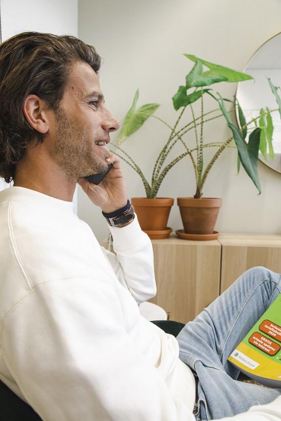 CEO Thomas aan de telefoon met een klant.