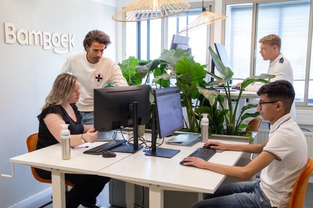 CEO Thomas en het BamBoek boekhoudteam op kantoor achter computers.